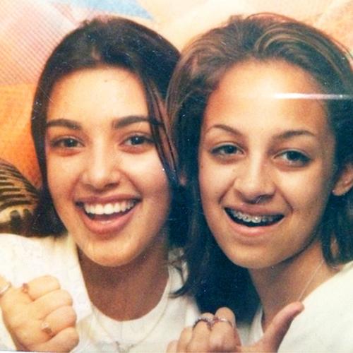 На фото Ким и Николь по 13 лет