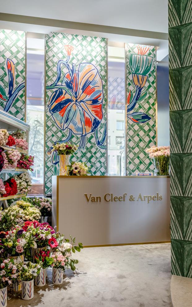 Цветочная инсталляция в бутике Van Cleef & Arpels.