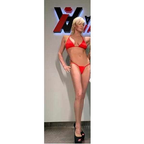 Волочкова примерила модельное мини-бикини