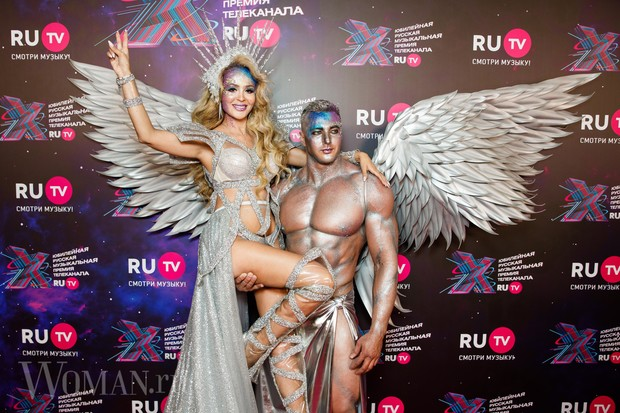 Фото №2 - Космобезумие: парад самых шокирующих образов звезд на премии RU.TV