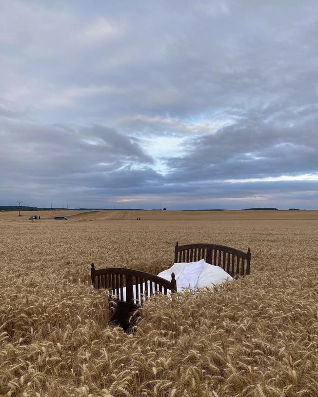 Фото №2 - Что делает парижанка Жанна Дамас в элегантном платье в кровати посреди бескрайнего поля?