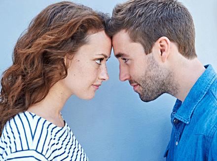 Мучжина и женщина смотрят друг другу в глаза