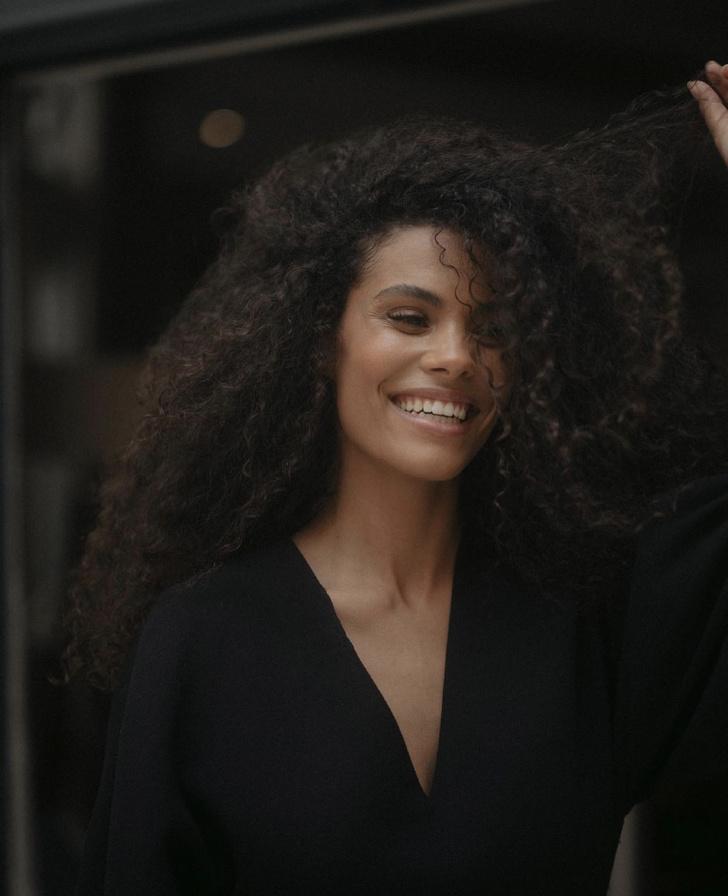 Фото №2 - Объемное черное платье для парижанок 2.0, которое украсит любую фигуру. Модный пример Тины Кунаки