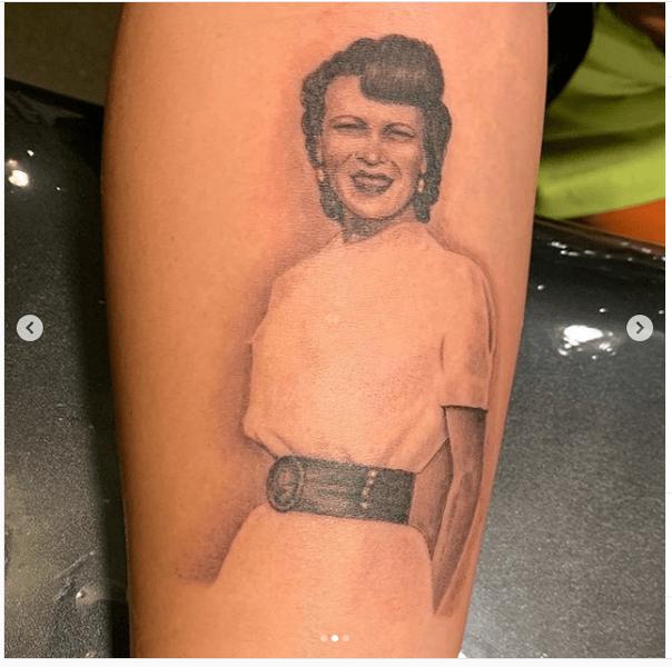 Фото №2 - Деми Ловато набила на руке портрет своей бабушки
