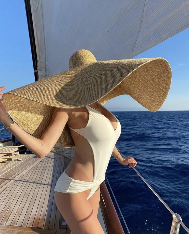 Фото №1 - Купальник для очень большой груди и огромная шляпа— пляжная комбинация Каролин Вриланд