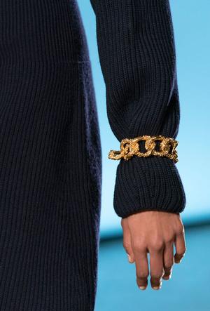 Фото №11 - Как носить крупные цепи: 4 самых модных варианта