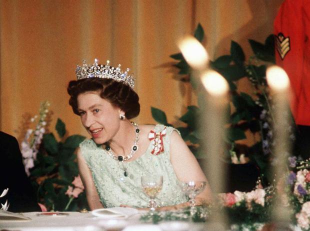 Фото №1 - Как именно ест бананы Елизавета II