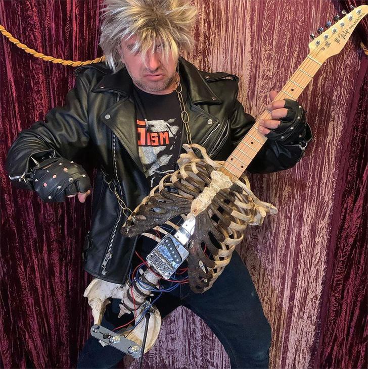 Фото №1 - Музыкант сделал гитару из костей своего дядюшки