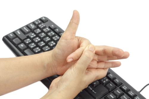 shutterstockХруст пальцами считается вредной привычкой, и ортопеды советуют от нее избавиться. Между тем американский врач Дональд Ангер поставил любопытный эксперимент: более 60 лет он ежедневно хрустел пальцами на левой руке, но не делал этого на правой. К 83 годам ему не удалось заметить разницы в состоянии суставов своих пальцев, и ни на одной из рук не было признаков артрита. Это уникальное исследование было отмечено Шнобелевской премией 2009 года.
