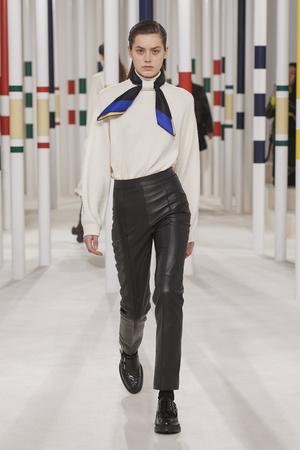 Фото №2 - Вместо джинсов: модные брюки осени и зимы 2020/21