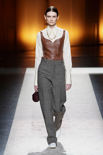 Фото №15 - Вместо джинсов: модные брюки осени и зимы 2020/21