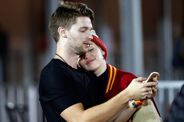 Фото №2 - Майли Сайрус и Патрик Шварценеггер сказали все своим поцелуем