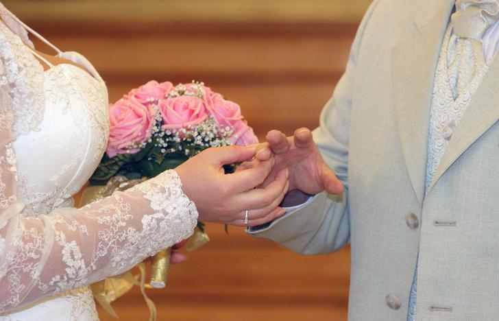Фото №3 - Женатым развязали руки: россиянки возмущены отменой штампа о браке и детях в паспорте