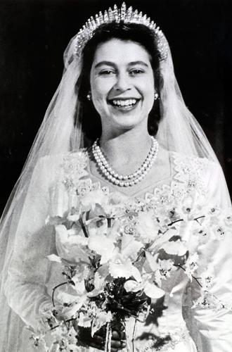 Фото №29 - Какую тиару Елизавета II одолжит Меган Маркл на свадьбу: делаем ставки