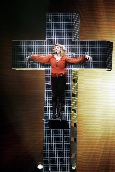 Фото №18 - Королева скандала: самые запоминающиеся образы Мадонны