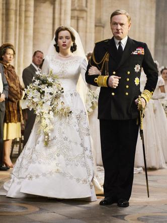 Фото №4 - От свадебных платьев до роскошных мехов: какие образы Виндзоров повторили в сериале «Корона»