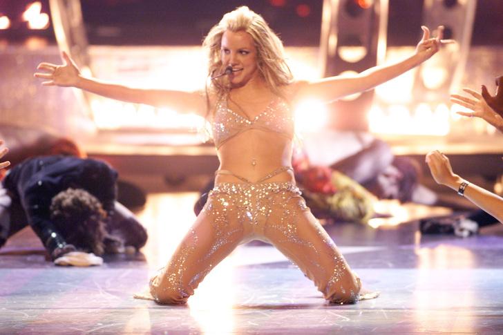 <p>18-летняя Брит выступает на церемонии MTV VMA, сорвав черный комбинезон и явив публике как мы сейчас это называем, «голый» наряд. В 2000 году это было ох как скандально!</p> <p>» class=»lazy-image__image _noscript» data-v-16fc2d4a></noscript></p> <div class=