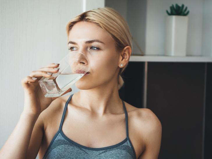 Фото №1 - 6 неочевидных признаков, что вы пьете слишком мало воды