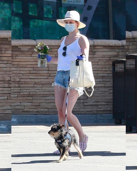 Лили Рейнхарт выходит из цветочного магазина в Лос-Анджелесе