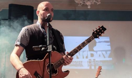 Фото №1 - «Спасибо» за возвращение в жизнь: музыкант дарит своим врачам концерт в НИИ Поленова