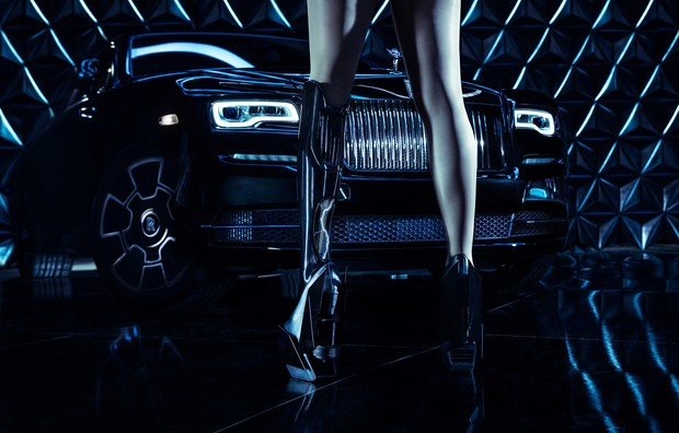 Фото №1 - В новом видео Rolls-Royce Black Badge снялась «бионическая модель»