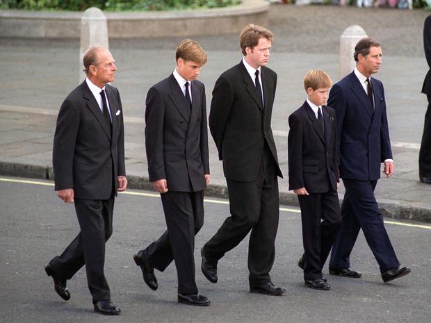 Фото №3 - Неожиданная опора: как принц Филипп поддерживал внуков после гибели Дианы