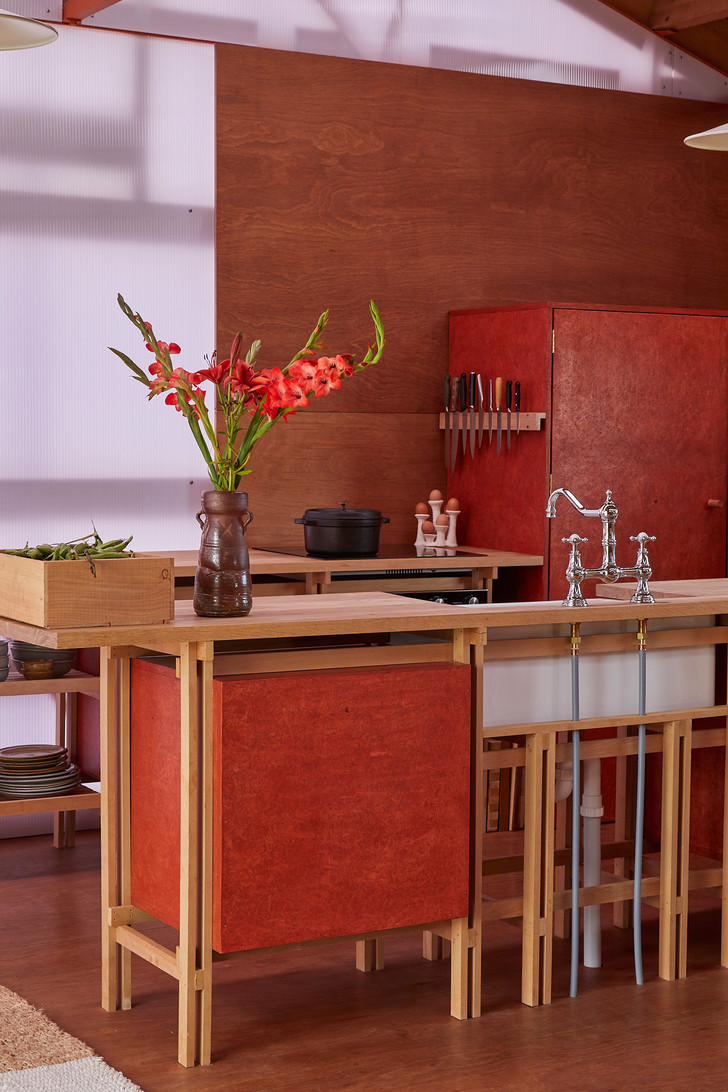 Создавая кухню, архитектор вдохновлялся столярными работами японских матеров.