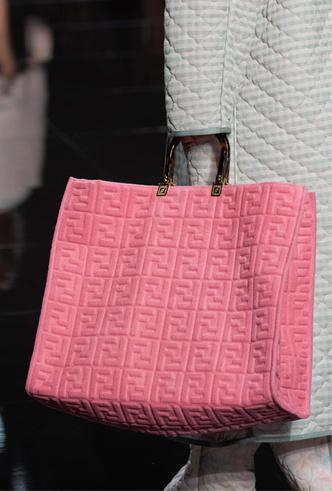 Фото №8 - Объем имеет значение: с чем носить оверсайз-сумки (и где искать самые модные)