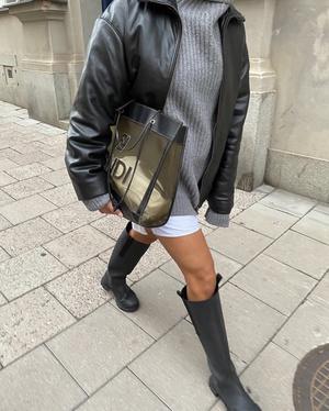 Фото №3 - Игра на контрастах: носите короткие шорты и юбки с высокими резиновыми сапогами