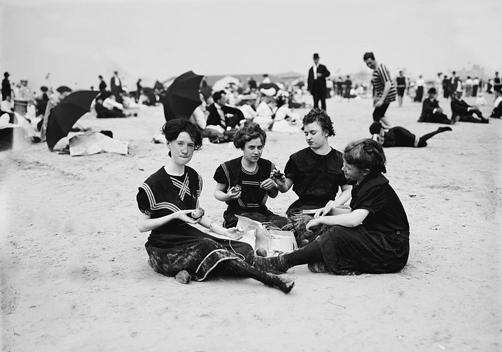 Фото №3 - Купаться разрешается! История женской пляжной моды в 10 фактах о купальниках