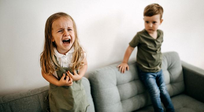 Почему в школе ребенок ведет себя безупречно, а дома устраивает истерики?