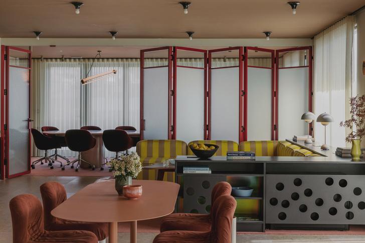 Фото №1 - Яркий офис в стиле mid-century в Лондоне
