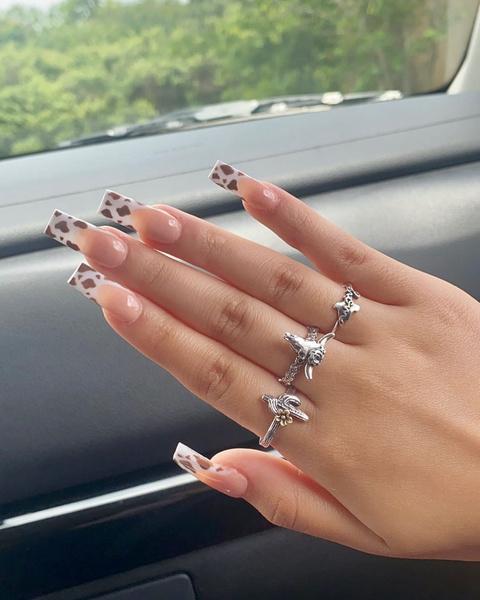 Фото №1 - Коровий принт на ногтях: самая трендовая идея осеннего нейл-дизайна