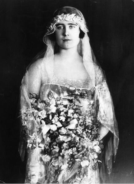 Фото №3 - Самые знаменитые свадебные платья Виндзоров: неудачные, смелые и даже бодипозитивные