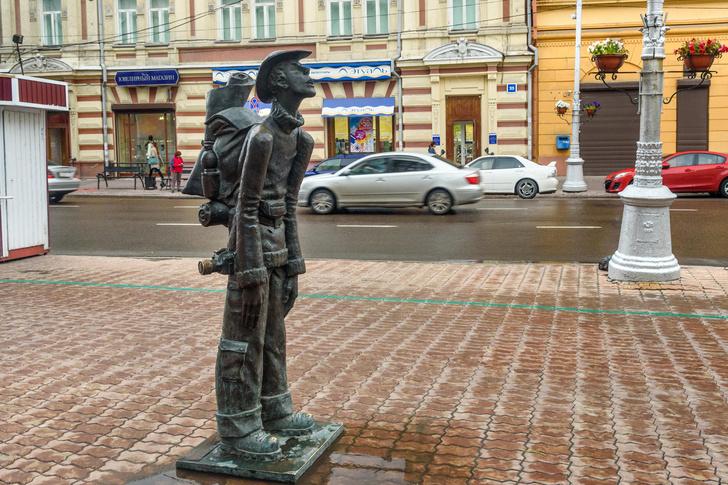 Фото №1 - Гляжусь в тебя, как в зеркало: 10 памятников туристам в России и не только