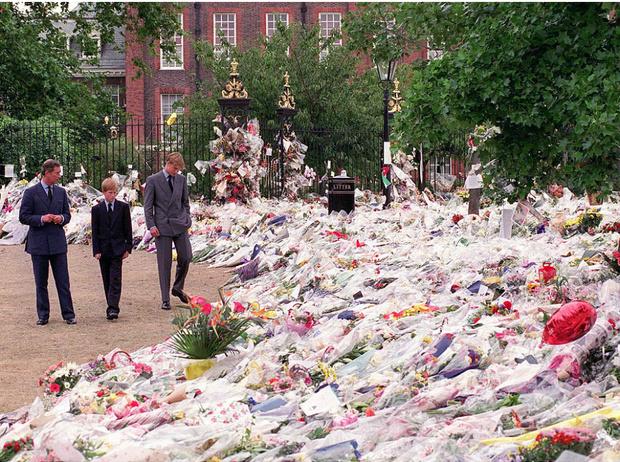 Фото №2 - Какой мистической обряд провели в Кенсингтонском дворце после гибели Дианы