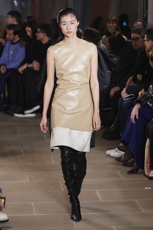 Фото №3 - Полный гид по самым модным платьям для осени и зимы 2020/21