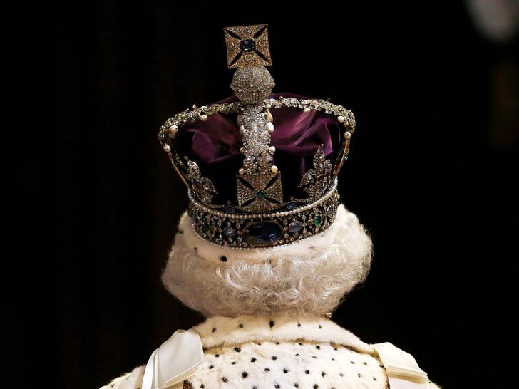 Фото №1 - Культ Короны: может ли британская королевская семья на самом деле быть сектой?