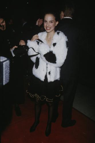 Фото №26 - До стилистов и пластики: какими были первые выходы звезд на красные дорожки