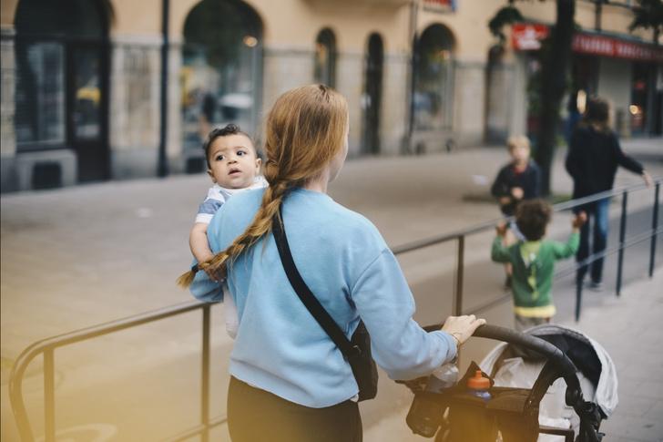 Фото №3 - В Сети ищут девушку-курьера с ребенком в коляске, хотя многие убеждены, что это фейк