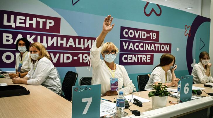 Фото №1 - Правда ли, что богатые россияне вакцинируются ради ресторанов, а бедные— ради работы