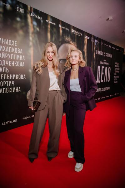 Фото №1 - Какой фильм, такие и наряды: Ходченкова появилась на премьере «Дела» в строгом костюме