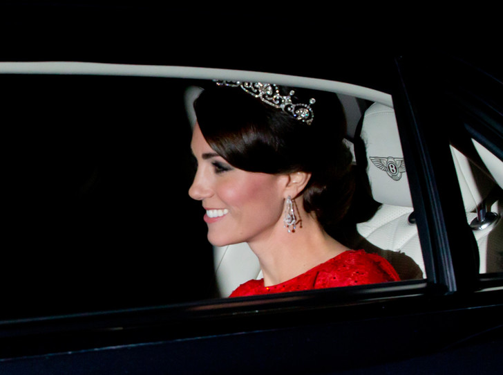 Фото №19 - Какую тиару Елизавета II одолжит Меган Маркл на свадьбу: делаем ставки