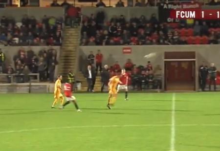 Фантастический гол: футболист забил со своей половины поля головой (видео)