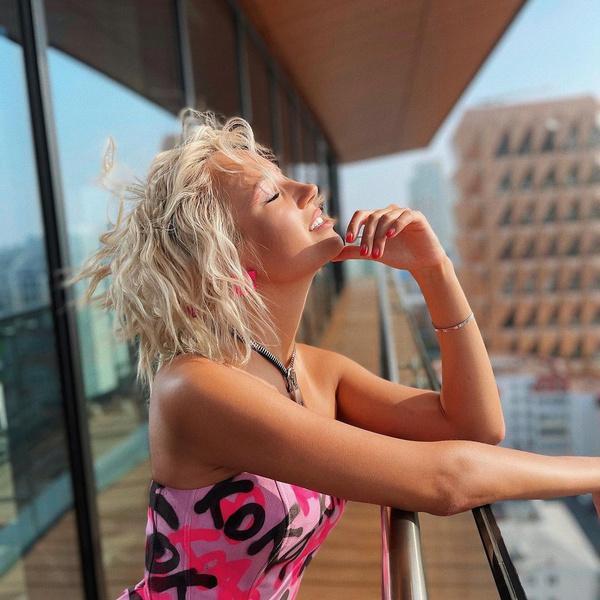 Фото №1 - Пляжные локоны— самая стильная укладка уходящего лета от Клавы Коки