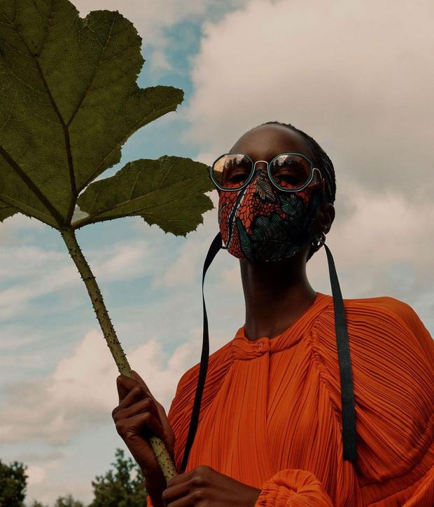 Фото №1 - Маска для тех, кто носит очки, от Вивьен Вествуд