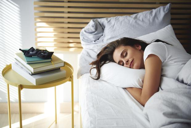 Фото №1 - Почему одному человеку нельзя спать на двух подушках