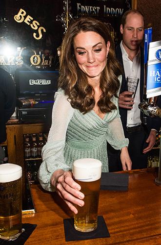Фото №6 - Герцогиня-бармен: Кэтрин Кембриджская в необычном амплуа на концерте в Белфасте