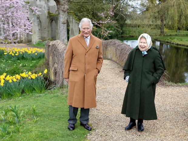 Фото №2 - Прямой намек: какое послание Сассекским зашифровано в пасхальных фото Королевы и Чарльза