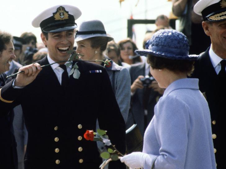 Фото №4 - Любимый сын: как особое отношение Королевы к принцу Эндрю привело его к краху